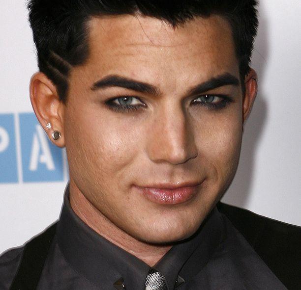 Amerikkalainen poptähti Adam Lambert näyttää mallia, kuinka meikki sopii miehille.