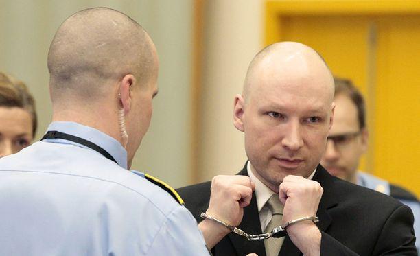 Breivik saapui keskiviikkona oikeuteen käsiraudoissa.