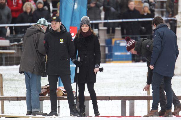 Catherine tarttui jääpallomailaan Vasaparkenissa.