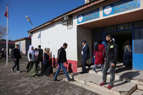 Ihmiset jonottivat äänestämään sunnuntaina Turkin Diyarbakirissa.