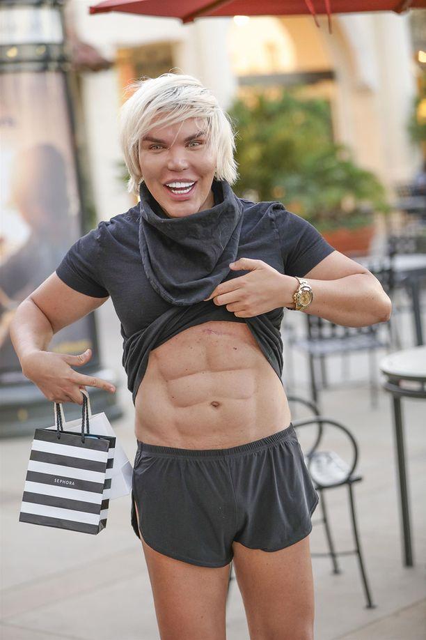 Ihmis-Ken esitteli vasta uudet vatsalihaksensa.