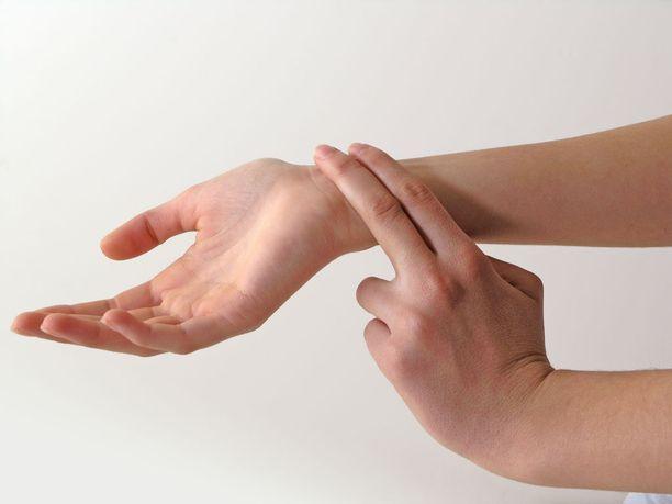 Usein pulssin tuntee helpoimmin, kun painaa kahdella sormella rannetta peukalon alapuolelta. Muita paikkoja ovat esimerkiksi kyynärtaive tai kaula.