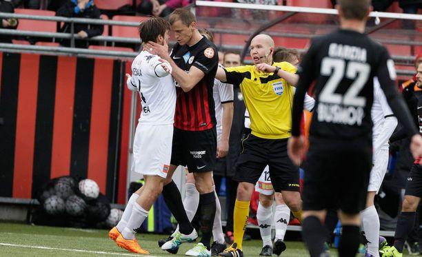 Njazi Kuqi kävi kiinni HIFK:n Tommi Vesalaan.