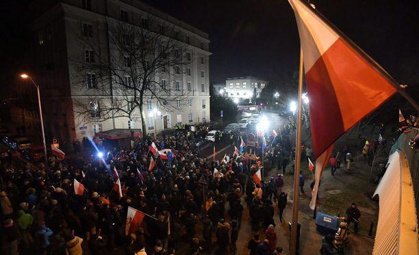 Mielenosoittajat tukkivat parlamentin sisäänkäynnit Varsovassa.
