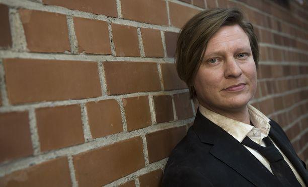Juontaja Jaajo Linnonmaa on suosittu sekä radiossa että televiossa. Hän on mukana myös kassamagneetti Luokkakokouksen jatko-osassa.