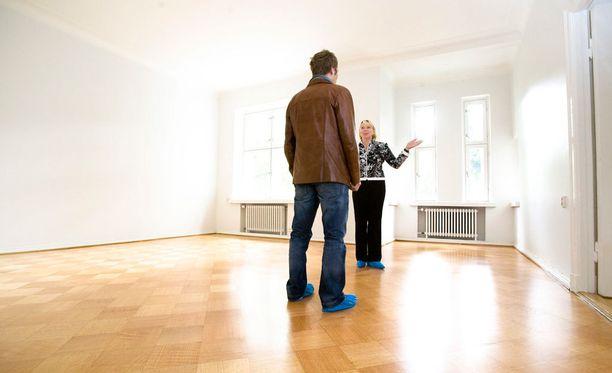 Hyvän vuokralaisen löytäminen vaatii muutakin kuin asuntonäyttöjen järjestämistä. Jotta vuokranantaja herättäisi ihmisten mielenkiinnon asuntoa kohtaan, vuokrailmoituksen laatimiseen kannattaa panostaa. Arkistokuva.