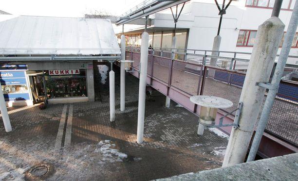 Kontulan ostarin kauppiaat ja alueen asukkaat ovat tunteneet turvattomuutta huumekaupan takia. Kuva vuodelta 2006.