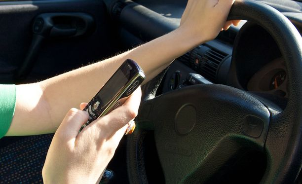 Kännykän käyttö ajaessa voi nostaa onnettomuuden riskin jopa kuusinkertaiseksi.