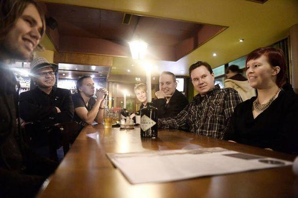 Tältä näytti perussuomalaisten nuorten ilta helsinkiläisessä ravintolassa tammikuussa. Toinen vasemmalta pöydän ääressä on Helsingin nuorten puheenjohtaja Jarmo Keto.