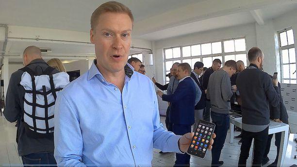Samsungin Suomen maajohtaja Antti Holopainen sanoo, että peruskäyttäjätkin hyötyvät isommasta näytöstä.