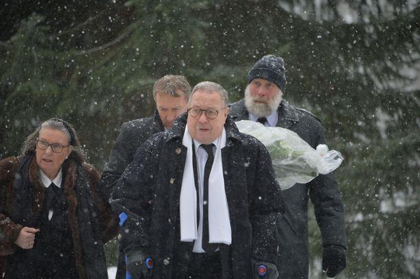 Hiihtäjälegenda Juha Mieto saapui siunaustilaisuuteen kunnioittamaan Nykäsen muistoa.