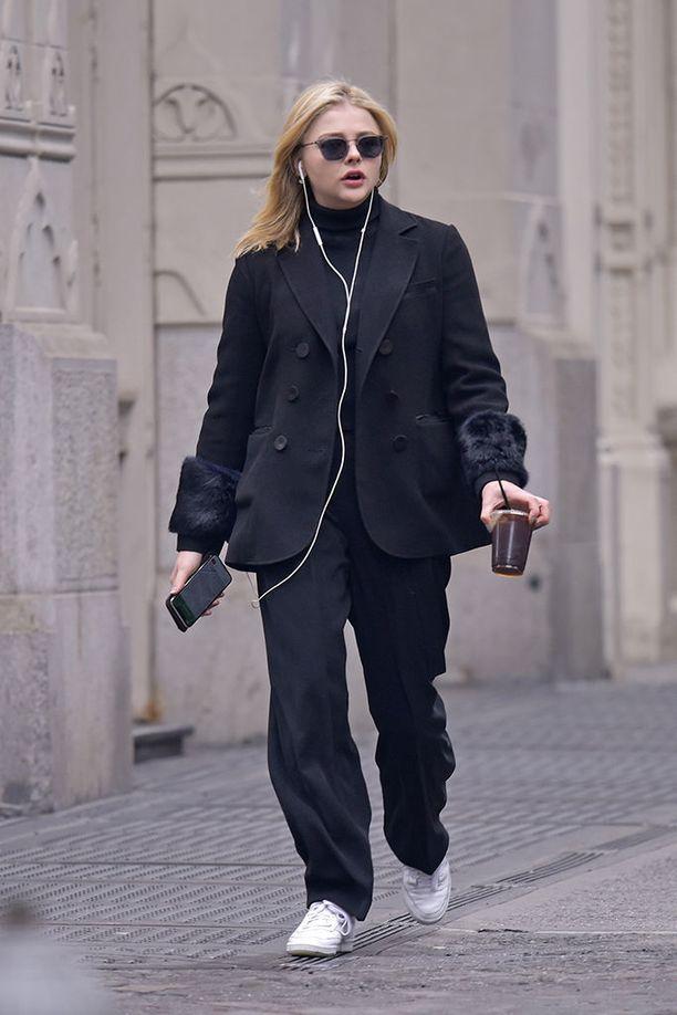 Chloe Moretzin ysärijuppityyli ylisuurine pukuineen, poolokauluksineen ja valkoisine tennareineen on täydellinen.