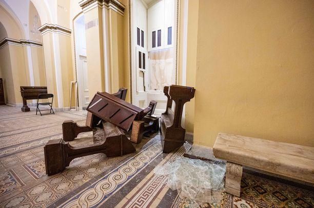 Tunkeutujat hajottivat huonekaluja pitkin kongressitalon käytäviä ja saleja.