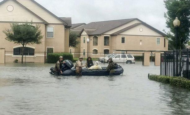 Asukkaita evakuoitiin keskiviikkona tulvien keskeltä Beaumontissa.