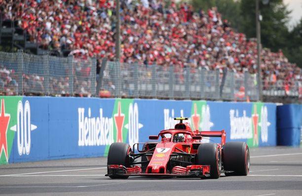 Kimi Räikkönen tavoitteli uransa ensimmäistä Italian GP:n voittoa Ferrarin ainoana toivona, kun Sebastian Vettel putosi jo avauskierroksella joukon hännille.