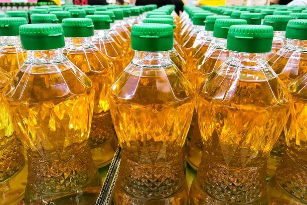 Elintarviketeollisuudessa palmuöljyn voisi teknisesti korvata muilla kovilla rasvoilla, mutta tätä rajoittavat usein suuremmat kustannukset.