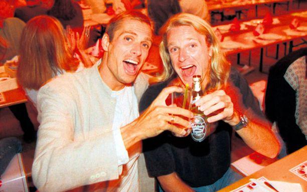 VANHAT KAVERUKSET. Sven Nylander ja Patrik Sjöberg olivat hilpeällä mielellä Göteborgin MM-kisoissa 1995. Tänä vuonna hauskanpito päättyi vakavampiin ilmeisiin.