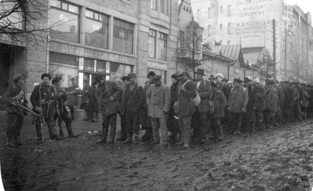 Vangittuja punaisia tuodaan Hämeenkadulla Tampereella vuonna 1918.