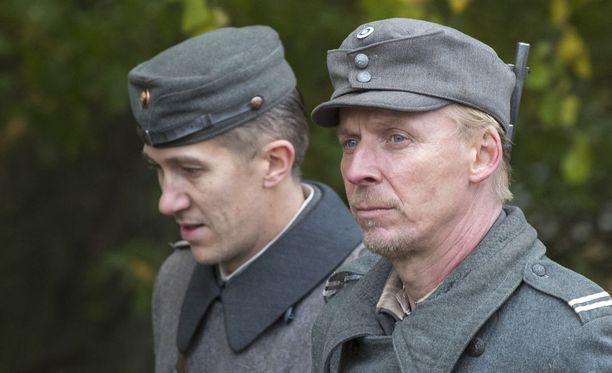 Jussi Vatanen Koskelana ja Eero Aho Rokkana uudessa Tuntemattomassa sotilaassa. Kuva on otettu Aku Louhimiehen ohjaaman Tuntemattoman Sotilaan kuvauksista.