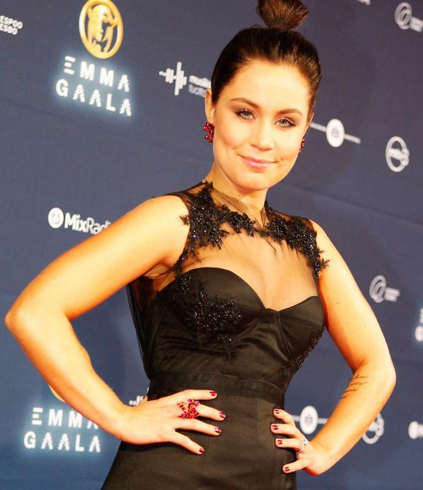 Anna Abreu loisti Mert Otsamon puvussa. Asusteiksi oli valikoitu punaiset korvakorut sekä näyttävä sormus.