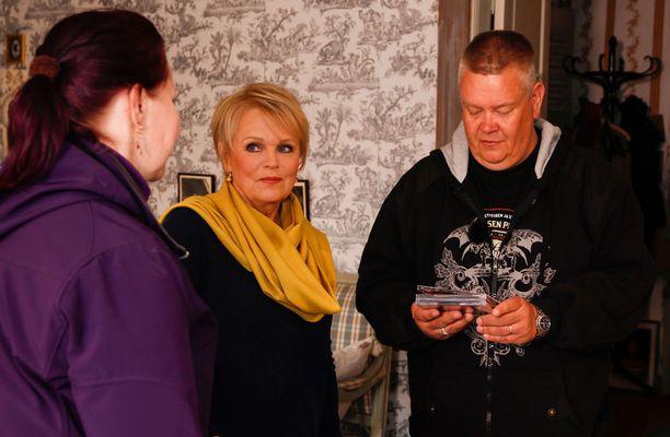Katri Helena ottaa Helin ja Akin vastaan kahvilassa, jota pitää etätoimistonaan.