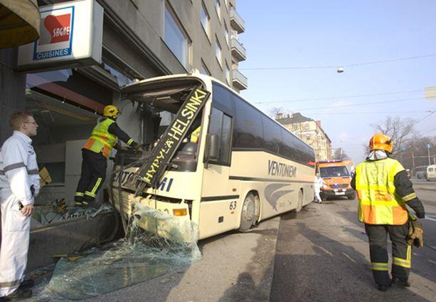 Silminnäkijöiden mukaan linja-auton törmäys oli erittäin raju.