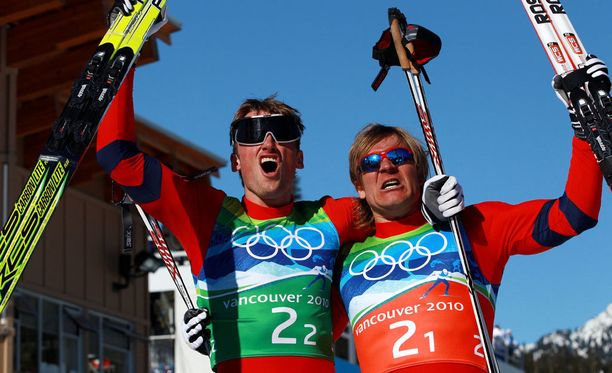 Norjan Petter Northug (vasemmalla) ja Öystein Pettersen voittivat parisprintin olympiakultaa Vancouverissa.