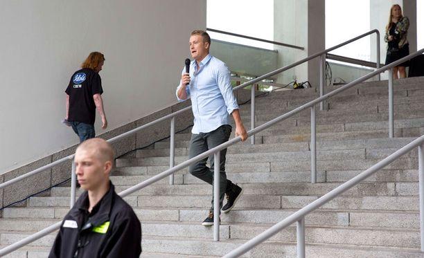 Tuttu Idols-juontaja Heikki Paasonen jutusteli kokelaille.