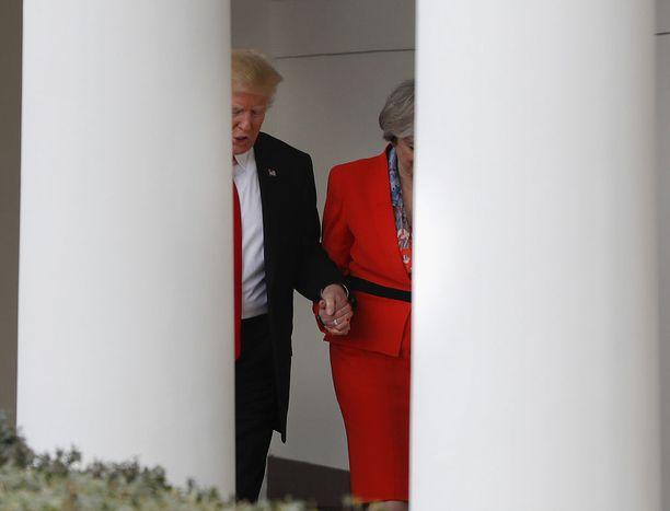 Donald Trump ja Theresa May pitivät toisiaan kädestä kiinni Valkoisessa talossa tammikuun lopulla.
