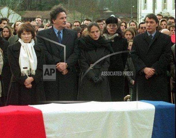 Francois Mitterrandilla oli virallinen perhe ja salainen perhe vuosien ajan. Hänen hautajaisissaan vuonna 1996 arkun äärelle kumartuivat rinnatusten leski Danielle (vas.), poika Jean-Cristophe, salainen tytär Mazarine, salainen naisystävä Anne ja poika Gilbert.
