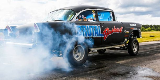 Chevy '55 gasser suorittaa ns. burn outin eli puhdistaa ja lämmittää renkaat ennen kiihdytystä.