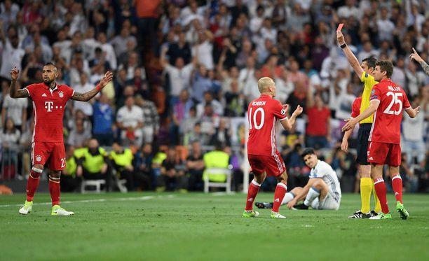 Arturo Vidal levitti kätensä pettymyksen merkiksi. Ulosajo ajoi Bayernin ahdinkoon.