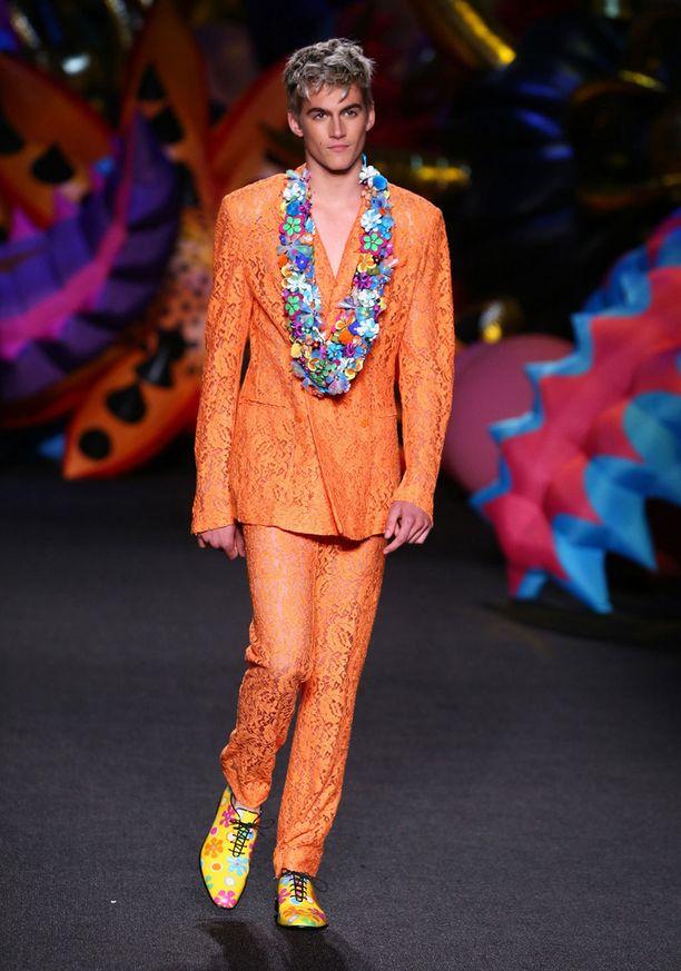 Presley nähtiin catwalkilla muun muassa Moschinon oranssissa kokonaisuudessa.
