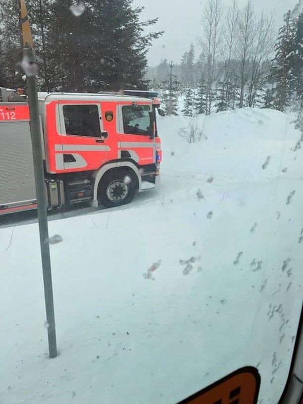 Pelastuslaitos selvitti onnettomuuden vahinkoja pian törmäyksen jälkeen.