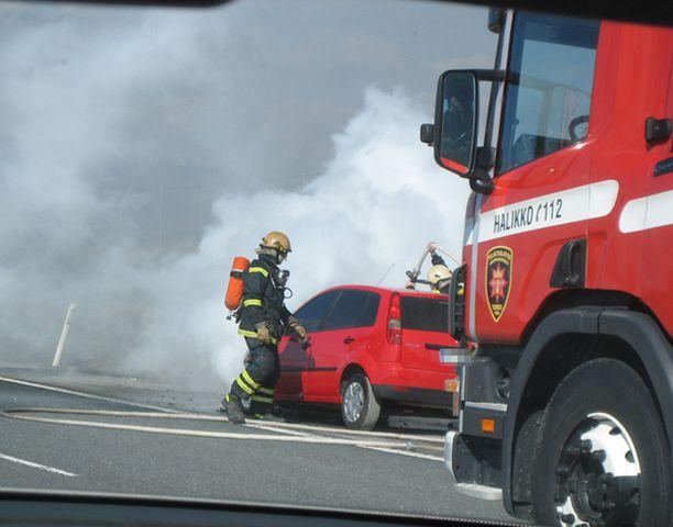 Autopalo levitti sankkaa savua ympäristöönsä Halikossa.