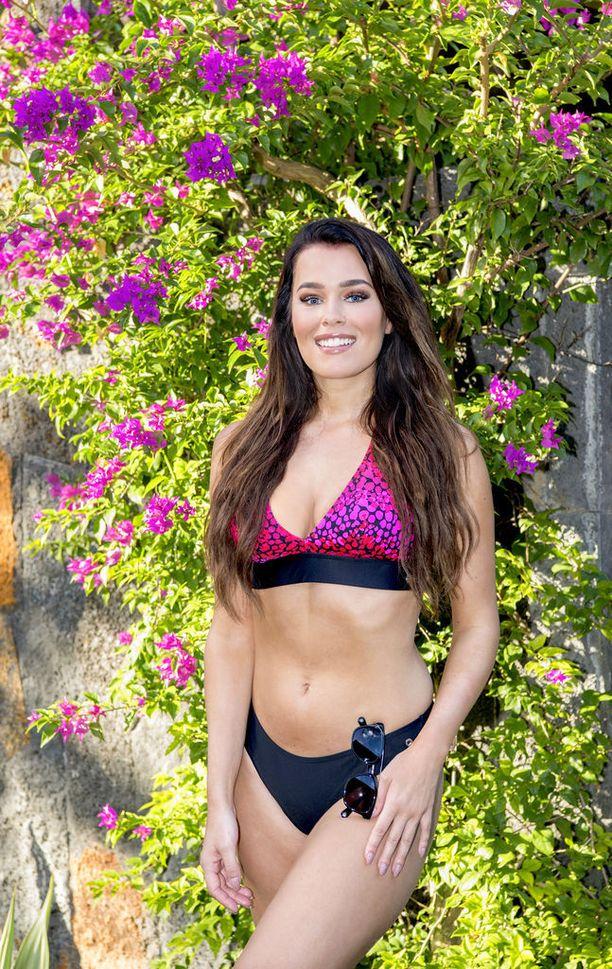 Sara Siepin päällä Finnwearin Pore -bikinit ja Carolina Herreran aurinkolasit.