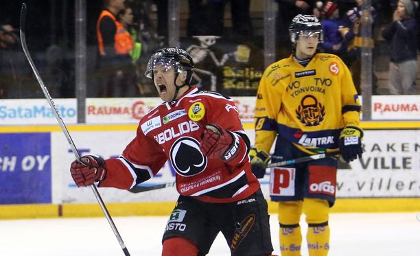 Matti Kuparinen juhlii väkevästi voittomaaliaan, Lukon toisen maalin tehnyt Joose Antonen tajuaa pelikautensa juuri päättyneen.