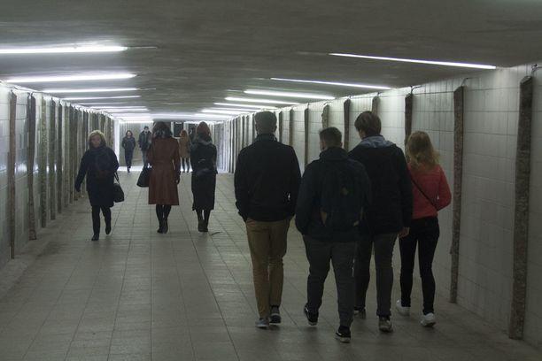 Asemalta vanhaankaupunkiin vievä Balti jaam -jalankulkutunneli suljetaan onneksi iltaisin kello 23.