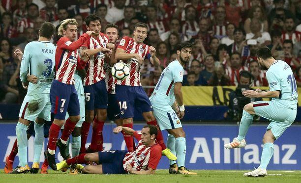 Leo Messi (oik.) ei tällä kertaa onnistunut vapaapotkusta.