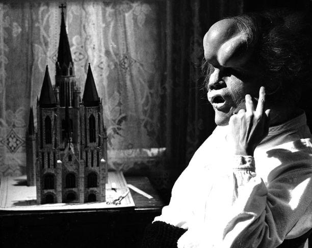 John Hurtin ilmiömäinen roolisuoritus ja huikaiseva maskeeraus toivat miehelle parhaan miespääosan Oscar-ehdokkuuden vuonna 1981 mutta voittoon Hurt ei tuolloin yltänyt. Elokuvan maskeeraus teki kuitenkin Hollywoodissa niin suuren vaikutuksen, että sen myötä päätettiin luoda uusi kategoria ja sen jälkeen Oscar-gaalassa on jaettu joka vuosi paras Oscar-palkinto myös maskeerauksesta.