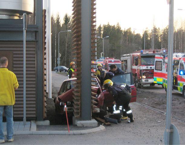 Poliisia pakoon kaahannut mies loukkaantui vakavasti ulosajossa Porvoossa. Miehen kaahaus päättyi Näsin ostoskeskuksen porttiin.