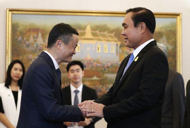 Kiinalaisen verkkojätti Albaban perustaja Jack Ma (vas.) kättelee sotilashallituksen johtajan Prayuth Chan-o-chan (oik.) kanssa Bangkokissa huhtikuussa.
