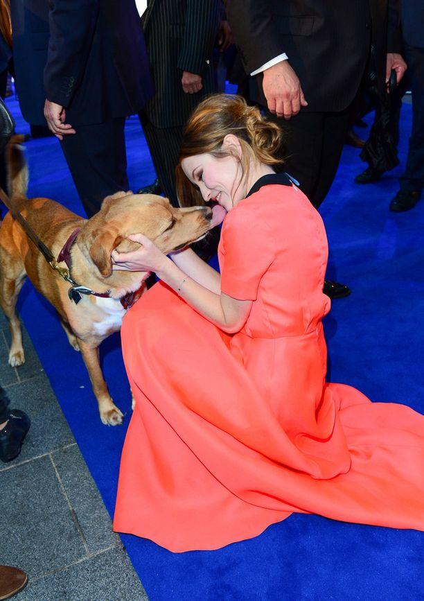 Woody teki tuttavuutta näyttelijä Emily Browningin kanssa.