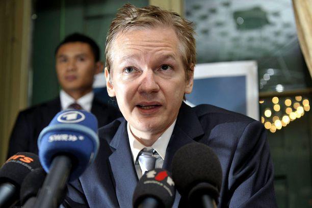 Julian Assange vihjaili aiemmin saattavansa antautua poliisille.