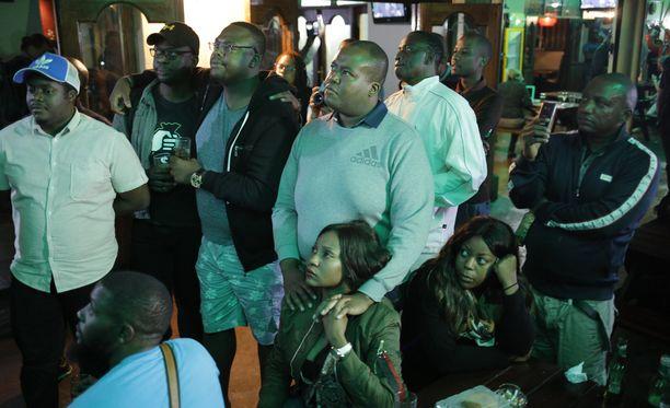 Mugaben televisiopuhetta seuranneet ihmiset joutuivat pettymään. Presidentti ei ilmoittanutkaan erostaan.