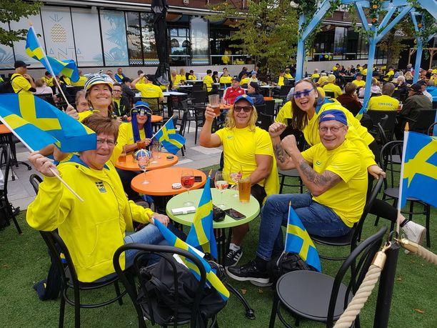 Fanit marssivat Ratinan suvannolta stadionille yhtenä letkana.