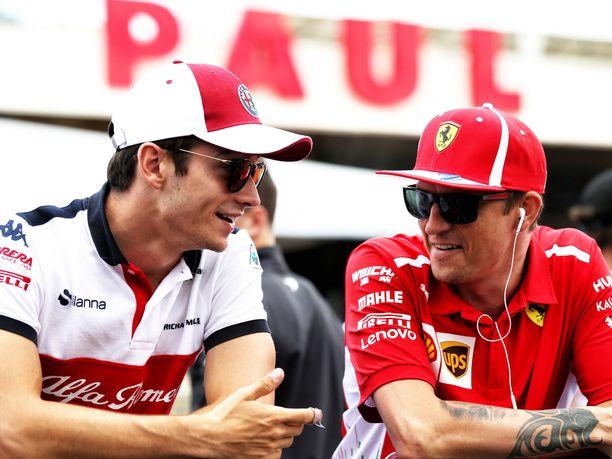 Charles Leclerc ja Kimi Räikkönen vaihtoivat talleja viime kauden päätteeksi.