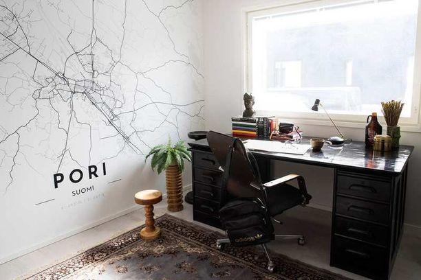 Kotona työskentelevän isän työhuonetta hallitsee ruskeasta mustaksi maalattu jykevä työpöytä. Koko seinän peittävä Pori-tapetti on toteutettu Alvar Carton ja Tapetit.fi:n yhteistyönä.