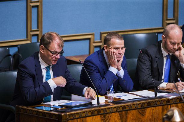 Hallituksen trioministerit Juha Sipilä (kesk), Petteri Orpo (kok) ja Sampo Terho (sin) eduskunnassa.