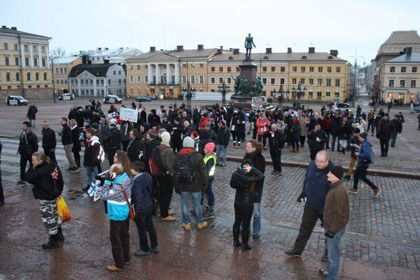 Poliisin mukaan mielenosoitukseen osallistui yhteensä noin 200 ihmistä.